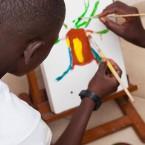 Dos niños pintando