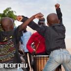 Niños bailando mbalax.
