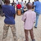 Niños de la calle, en un taller de música y danza.