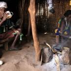 En la choza del poblado borena-etiopía