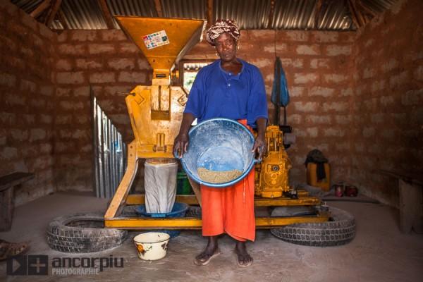 Mujer senegalesa junto a un molino automático.