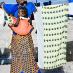Mujer tendiendo la ropa en Dakar-Senegal